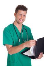 Krankenpfleger mit Patientenakte